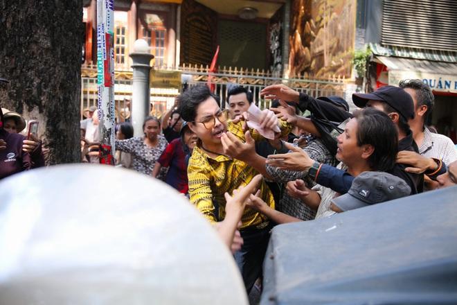 Hàng trăm người kéo đến biệt thự triệu đô xin gạo gây hỗn loạn, Ngọc Sơn phải xin lỗi hàng xóm  - Ảnh 6.