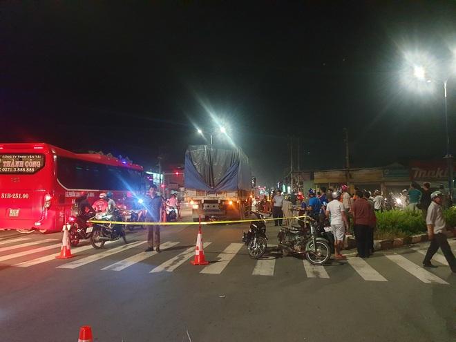 Nam thanh niên bị xe tải cán tử vong thương tâm giữa ngã ba trên Quốc lộ 13 - Ảnh 1.