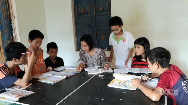 Cô giáo Quảng Trị 8 năm dạy tiếng Anh miễn phí cho học sinh - Ảnh 1.