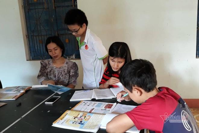 Cô giáo Quảng Trị 8 năm dạy tiếng Anh miễn phí cho học sinh - Ảnh 2.
