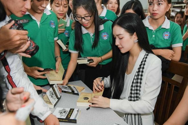 Hoa hậu Tiểu Vy: Tri thức là chiếc vương miện quý bền vững - Ảnh 2.