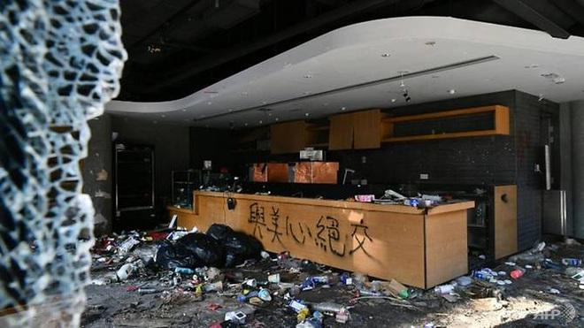 Cảnh sát Hong Kong sẽ tiến vào trường Đại học nơi người biểu tình cố thủ vào sáng nay - Ảnh 1.
