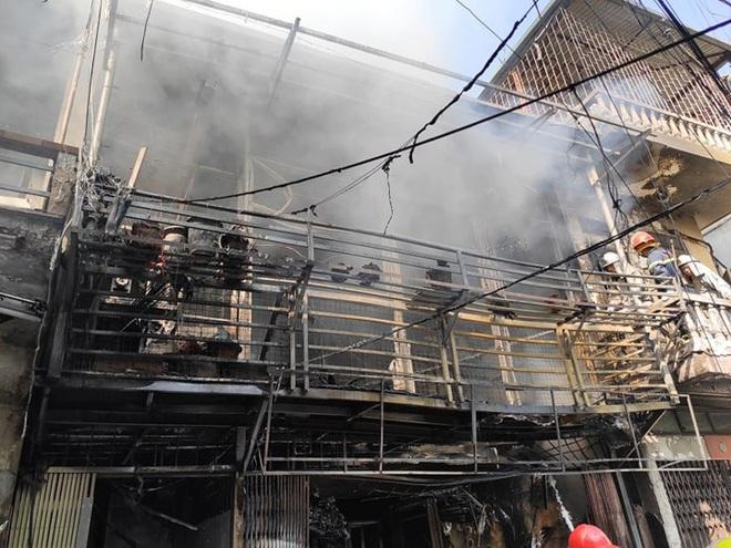 Hà Nội: Nổ bình gas gây ra cháy lớn trên phố Bùi Ngọc Dương - Ảnh 4.