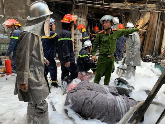 Hà Nội: Nổ bình gas gây ra cháy lớn trên phố Bùi Ngọc Dương - Ảnh 2.