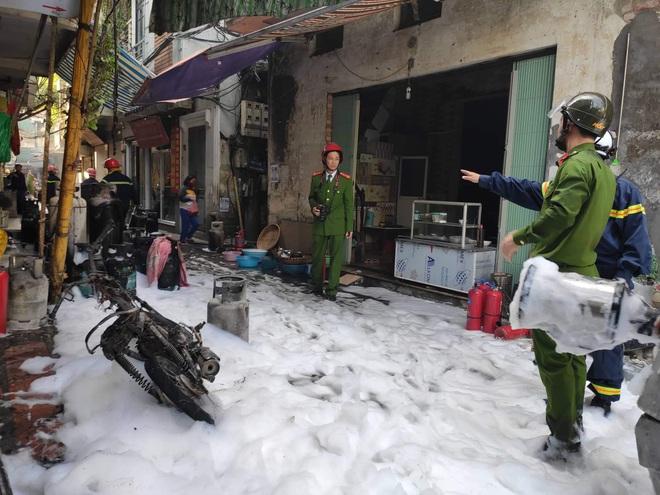 Hà Nội: Nổ bình gas gây ra cháy lớn trên phố Bùi Ngọc Dương - Ảnh 3.