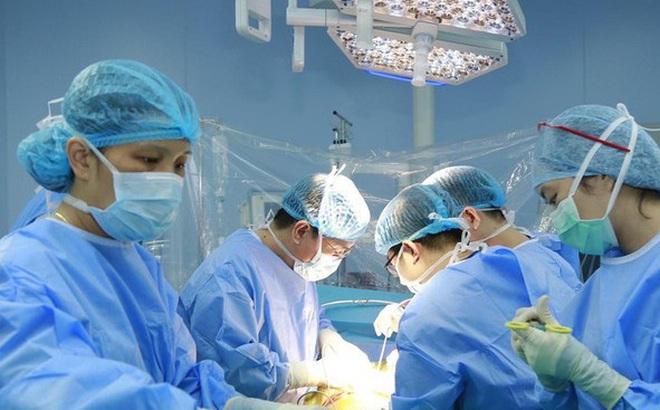 Ghép gan từ người cho sống cứu bệnh nhân nguy kịch do có bệnh nhưng uống thuốc không đều