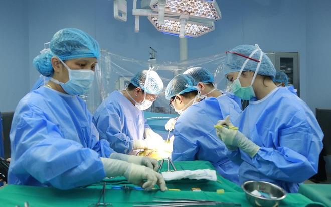 Ghép gan từ người cho sống cứu bệnh nhân nguy kịch do có bệnh nhưng uống thuốc không đều - Ảnh 1.