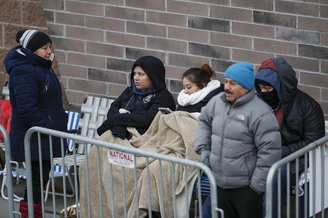 Black Friday: Dân Mỹ xếp hàng rồng rắn săn đồ sale, trung tâm mua sắm đông nghẹt - Ảnh 1.