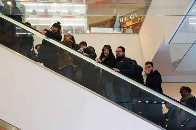 Black Friday: Dân Mỹ xếp hàng rồng rắn săn đồ sale, trung tâm mua sắm đông nghẹt - Ảnh 2.
