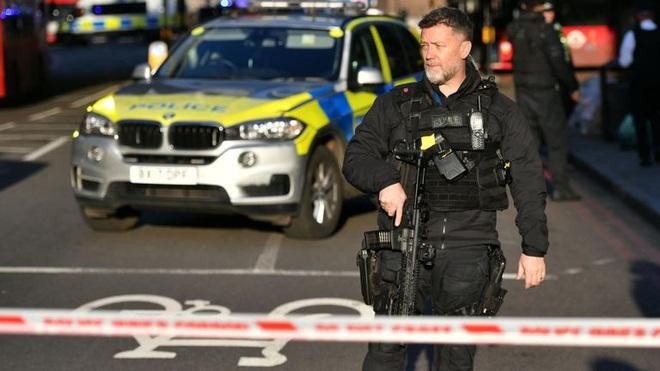 Sự cố ở cầu London: Cảnh sát xác định là vụ tấn công khủng bố, nghi phạm bị bắn chết ở hiện trường - Ảnh 5.