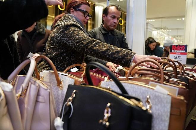 Black Friday: Dân Mỹ xếp hàng rồng rắn săn đồ sale, trung tâm mua sắm đông nghẹt - Ảnh 11.