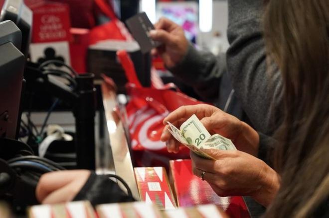 Black Friday: Dân Mỹ xếp hàng rồng rắn săn đồ sale, trung tâm mua sắm đông nghẹt - Ảnh 12.