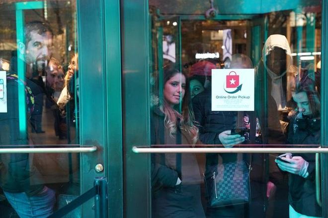 Black Friday: Dân Mỹ xếp hàng rồng rắn săn đồ sale, trung tâm mua sắm đông nghẹt - Ảnh 5.