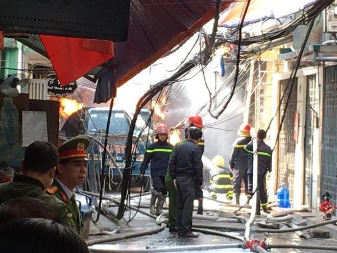 Nhân chứng sợ hãi kể giây phút bình gas phát nổ gây ra vụ cháy lớn trên phố Hà Nội - Ảnh 1.
