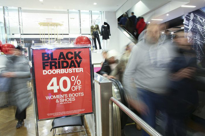 Black Friday: Dân Mỹ xếp hàng rồng rắn săn đồ sale, trung tâm mua sắm đông nghẹt - Ảnh 6.