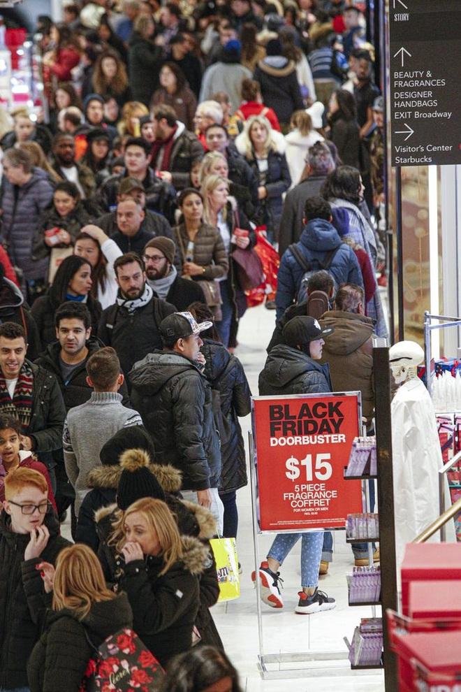 Black Friday: Dân Mỹ xếp hàng rồng rắn săn đồ sale, trung tâm mua sắm đông nghẹt - Ảnh 7.