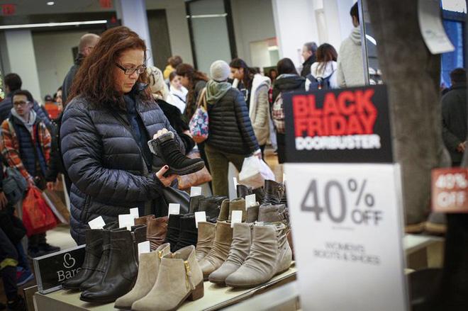 Black Friday: Dân Mỹ xếp hàng rồng rắn săn đồ sale, trung tâm mua sắm đông nghẹt - Ảnh 8.