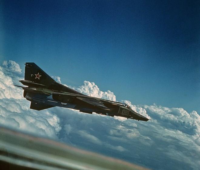 Chuyến bay cuối cùng của những chiếc MiG-27 trước khi vào bảo tàng - Ảnh 1.