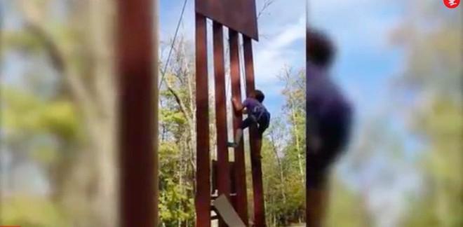 Bức tường biên giới bất khả chiến bại của ông Donald Trump thua chiếc cưa 100 USD - Ảnh 1.