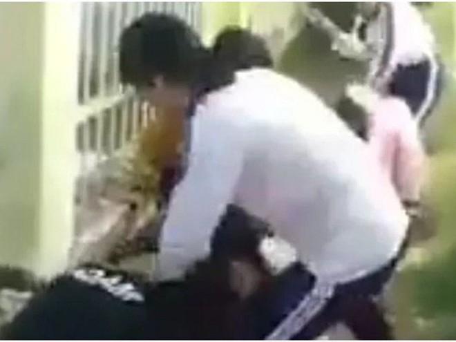 """Sợ tiếp tục bị hành hung, nữ sinh bị """"đàn chị"""" đánh tả tơi quyết nghỉ học  - Ảnh 2."""