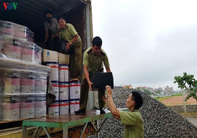 Bắt giữ vụ vận chuyển hơn 3.000 chai rượu lậu trị giá gần 1,5 tỷ đồng - Ảnh 1.