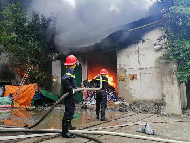 Cháy lớn tại khu xưởng rộng 1000m2 sản xuất vi hạt nhựa ở Thường Tín - Ảnh 1.