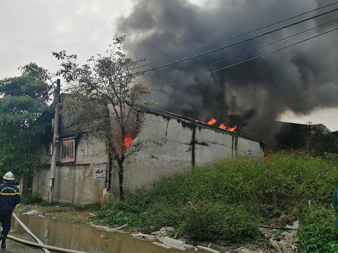 Cháy lớn tại khu xưởng rộng 1000m2 sản xuất vi hạt nhựa ở Thường Tín - Ảnh 2.