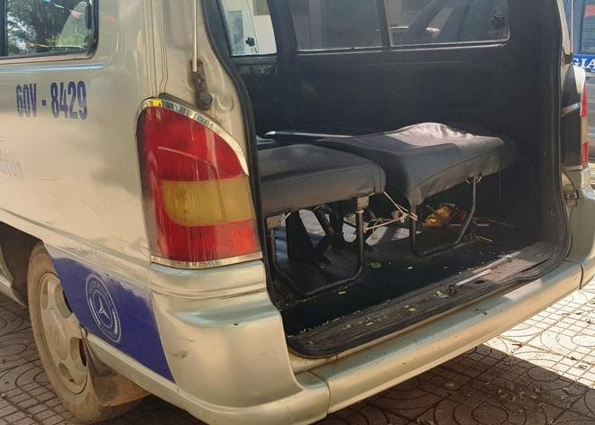 Diễn biến mới vụ xe đưa đón làm văng 2 học sinh lớp 4 ở Đồng Nai xuống đường - Ảnh 2.