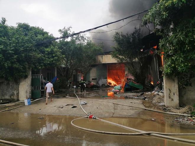 Cháy lớn tại khu xưởng rộng 1000m2 sản xuất vi hạt nhựa ở Thường Tín - Ảnh 3.