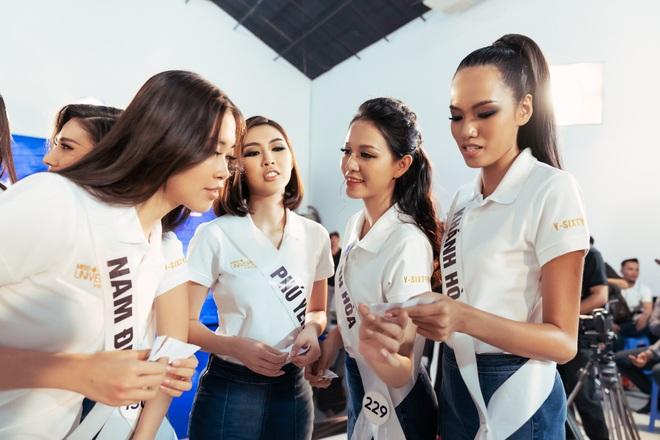 Tường Linh chinh phục Hoa hậu Hương Giang nhờ khả năng nói tiếng Anh - Ảnh 1.