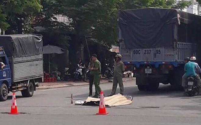 Xe tải ôm cua cán chết người phụ nữ đi bán vé số giữa ngã ba