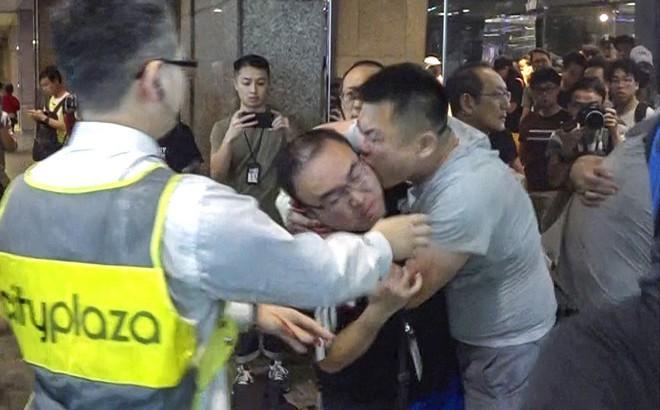 Hong Kong: Kinh hoàng vụ tấn công bằng dao đẫm máu, nghi phạm cắn đứt tai quan chức địa phương
