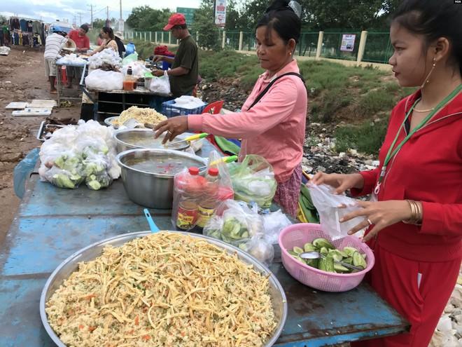 Người Campuchia bán sức trong các công ty TQ: Công việc vất vả, mức lương lại bèo bọt - Ảnh 2.