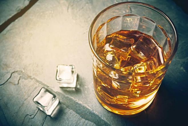 Bếp trưởng Charles Joughin đã uống đủ số rượu để cơ thể nóng lên và chịu được làn nước lạnh trong suốt 2 tiếng trước khi được cứu.
