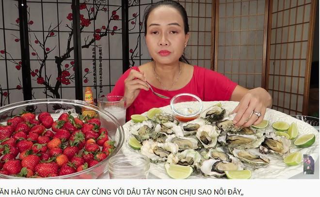 Vinh Nguyễn Thị - Vlogger cực phẩm gây sốt nhất hiện nay ăn 1 quả dâu làm clip cám ơn hơn chục người, choáng hơn khi mang mắm ruốc, tương ớt để chấm dâu - Ảnh 6.