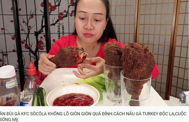 Vinh Nguyễn Thị - Vlogger cực phẩm gây sốt nhất hiện nay ăn 1 quả dâu làm clip cám ơn hơn chục người, choáng hơn khi mang mắm ruốc, tương ớt để chấm dâu - Ảnh 7.