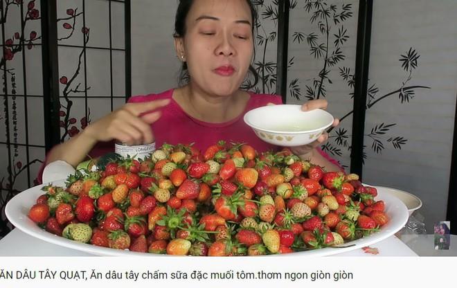 Vinh Nguyễn Thị - Vlogger cực phẩm gây sốt nhất hiện nay ăn 1 quả dâu làm clip cám ơn hơn chục người, choáng hơn khi mang mắm ruốc, tương ớt để chấm dâu - Ảnh 8.