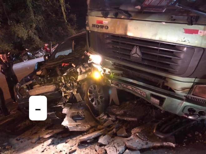 CLIP: Xe tải đâm nát đầu xe bán tải giữa đường tối, tai họa ập đến sau cú rọi đèn pha - Ảnh 2.