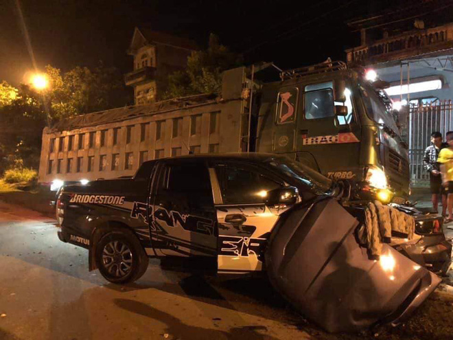 CLIP: Xe tải đâm nát đầu xe bán tải giữa đường tối, tai họa ập đến sau cú rọi đèn pha - Ảnh 3.