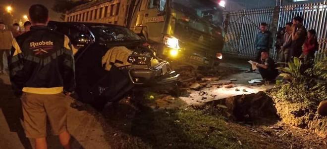 CLIP: Xe tải đâm nát đầu xe bán tải giữa đường tối, tai họa ập đến sau cú rọi đèn pha - Ảnh 4.