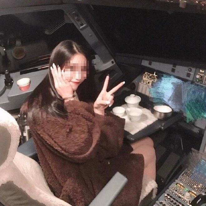 Để nữ sinh vào buồng lái khi chụp ảnh check in, phi công bị cấm bay cả đời - Ảnh 1.