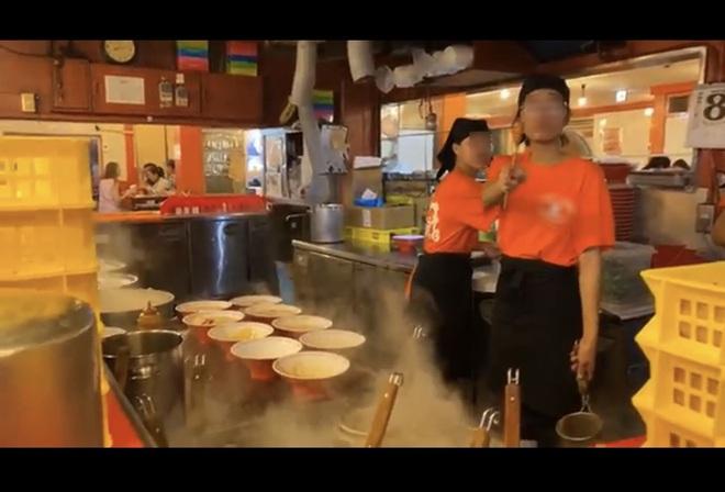 Khoa Pug than phiền vì nữ phục vụ người Việt dùng đũa chỉ mặt trong quán mỳ ở Nhật gây tranh cãi - Ảnh 2.