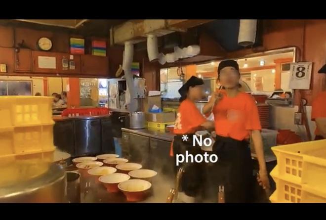 Khoa Pug than phiền vì nữ phục vụ người Việt dùng đũa chỉ mặt trong quán mỳ ở Nhật gây tranh cãi - Ảnh 3.