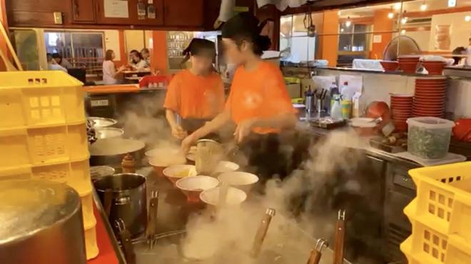 Khoa Pug than phiền vì nữ phục vụ người Việt dùng đũa chỉ mặt trong quán mỳ ở Nhật gây tranh cãi - Ảnh 1.