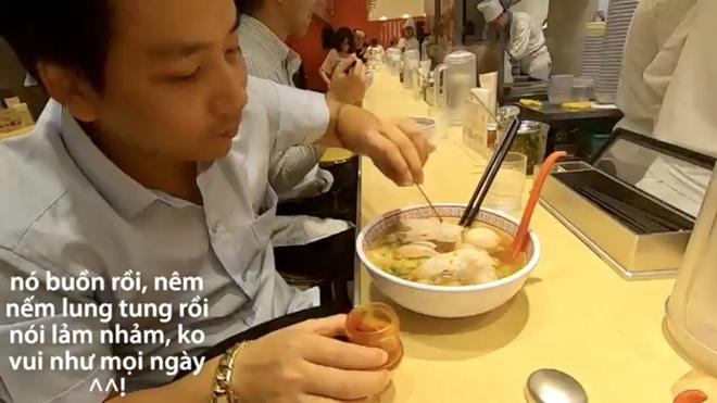 Khoa Pug than phiền vì nữ phục vụ người Việt dùng đũa chỉ mặt trong quán mỳ ở Nhật gây tranh cãi - Ảnh 4.