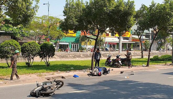 Xe máy trượt 20 m ở Bình Tân, ba người nhập viện - Ảnh 1.