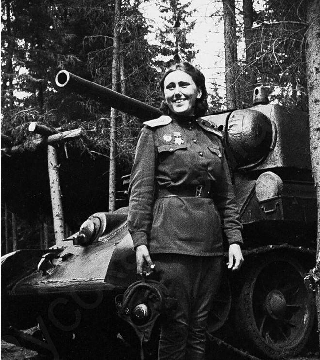 Các nữ quân nhân lái xe tăng Liên Xô khiến phát xít Đức khiếp sợ - Ảnh 3.