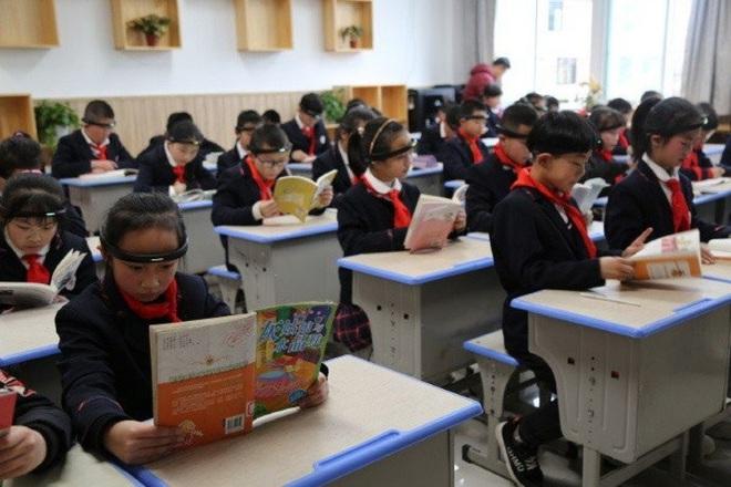 Phụ huynh học sinh phản đối quá gay gắt, dự án đeo Vòng kim cô giám sát học sinh Trung Quốc phải dừng lại - Ảnh 1.