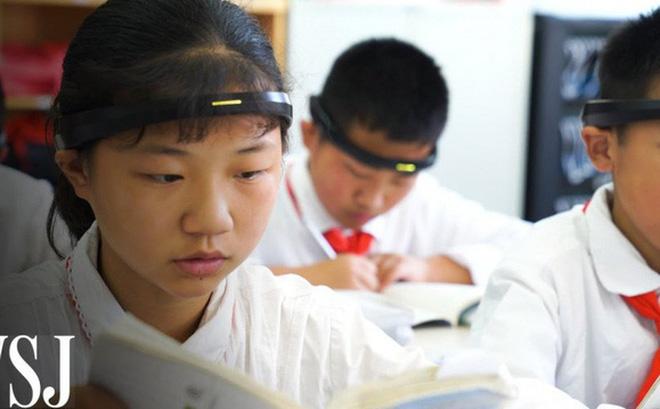 """Phụ huynh học sinh phản đối quá gay gắt, dự án đeo """"Vòng kim cô"""" giám sát học sinh Trung Quốc phải dừng lại"""