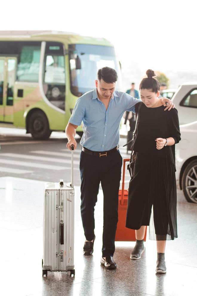 Vợ chồng ca sĩ Ngọc Hiền không ngại khoá môi ở sân bay - Ảnh 1.